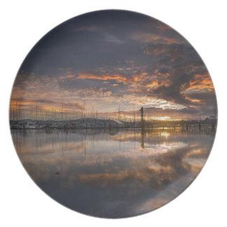 Plato Puesta del sol en el puerto deportivo en Anacortes