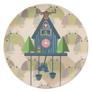 Plato Reloj de cuco con el papel de empapelar de la
