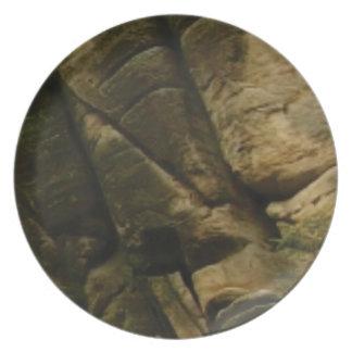 Plato rocas grises del estruendo
