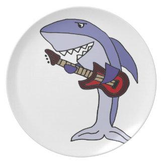 Plato Tiburón divertido que toca la guitarra roja