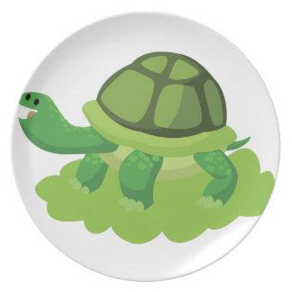 Plato tortuga que camina en la hierba