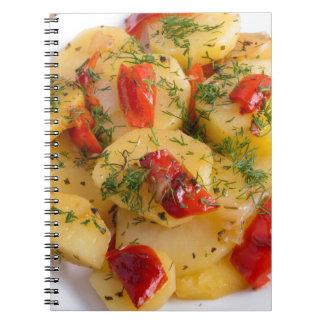 Plato vegetariano con las verduras orgánicas cuaderno
