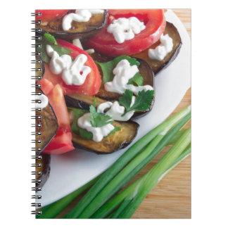 Plato vegetariano de la berenjena guisada cuaderno