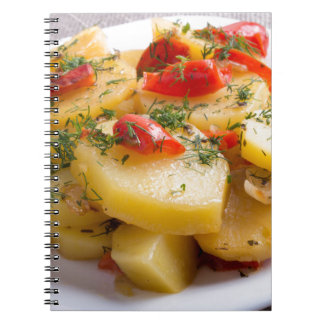 Plato vegetariano de patatas y del paprika cuaderno