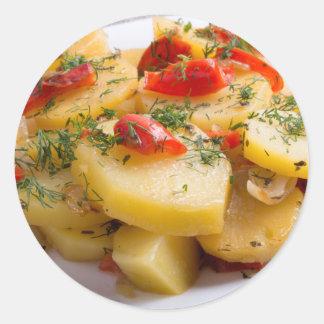 Plato vegetariano de patatas y del paprika pegatina redonda