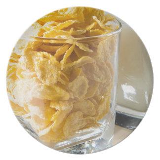 Plato Vidrio de cereal seco y un vidrio de leche