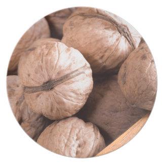 Plato Vista macra de un grupo de nueces en una caja de