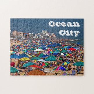 Playa apretada en rompecabezas de la ciudad del