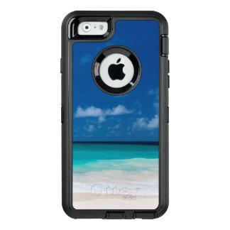 Playa blanca, agua de la turquesa y cielo azul funda OtterBox defender para iPhone 6