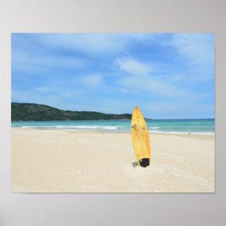 Playa brasileña con el tablero de resaca amarillo póster