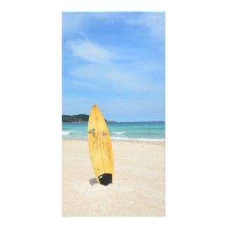 Playa con la tarjeta amarilla de la foto del