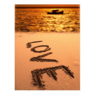 Playa de la puesta del sol con amor postales