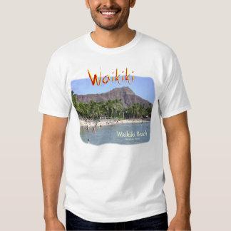 Playa de Waikiki con las palmeras de la cabeza del Camisetas