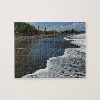 Playa negra de la arena en Waimea, Kauai, Hawaii Puzzle