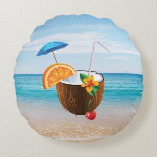 Playa tropical, cielo azul, arena del océano, coco cojín redondo