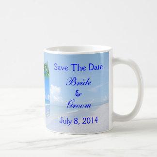 Playa y cielos azules que casan reserva la fecha taza de café