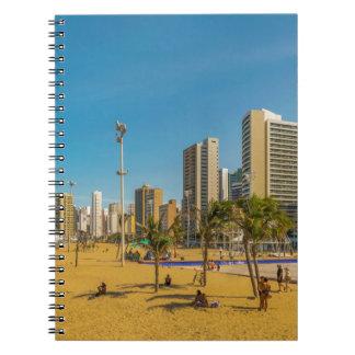 Playa y edificios de Fortaleza el Brasil Cuaderno