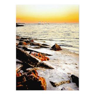 Playa y veleros en Tampa Bay en la puesta del sol Anuncio