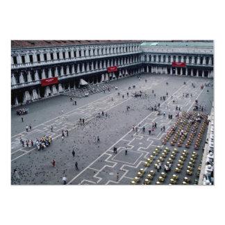 Plaza San Marco con el café al aire libre en la Anuncio
