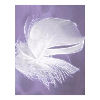 Pluma que cae libre en fondo púrpura folleto 21,6 x 28 cm