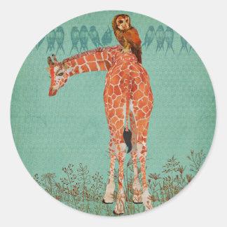Plumas ambarinas de la jirafa y del búho pegatina redonda