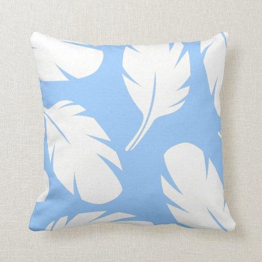 Plumas blancas en la almohada de tiro azul clara