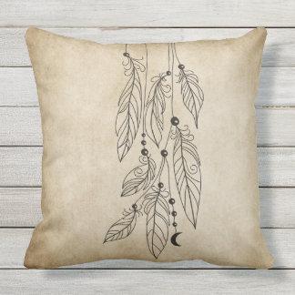 Plumas bohemias que dibujan el fondo beige del cojín de exterior