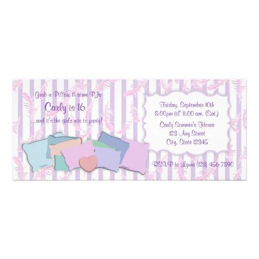 Plumas y cumpleaños de las almohadas invitaciones personalizada