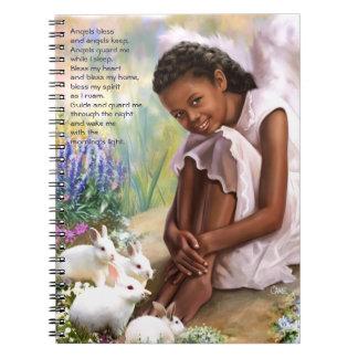 Poco ángel con el cuaderno del regalo de Pascua de