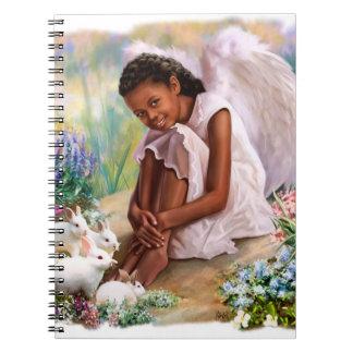 Poco ángel del Afro con los cuadernos del regalo