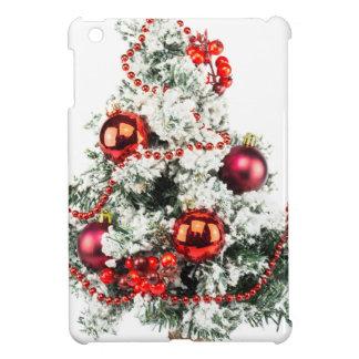 Poco árbol de navidad adornado con las chucherías