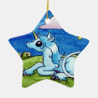 Poco unicornio que desea en las estrellas adorno navideño de cerámica en forma de estrella