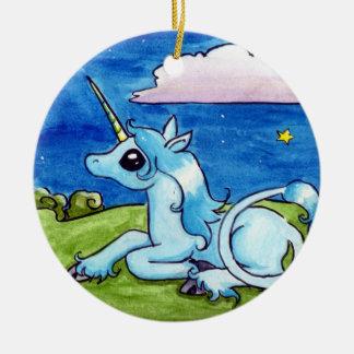 Poco unicornio que desea en las estrellas adorno navideño redondo de cerámica