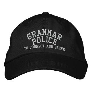 Policía de la gramática a corregir y a servir gorra de béisbol