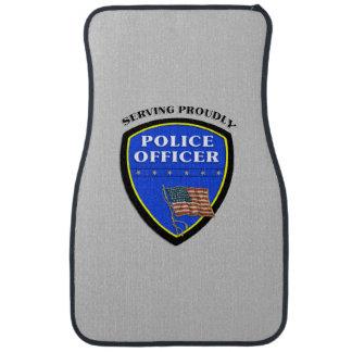 Policía que sirve orgulloso alfombrilla de coche