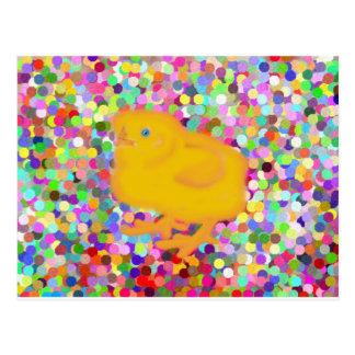 Pollo amarillo recién nacido en fondo colorido tarjeta postal