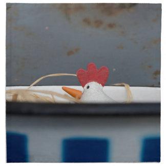 Pollo en un cuenco a cuadros servilleta de tela