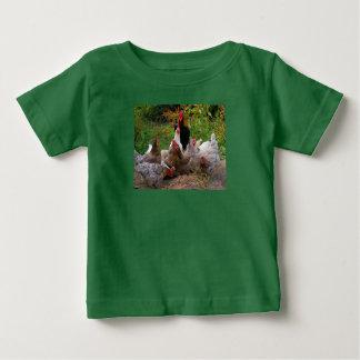 Pollos divertidos del corral y la camiseta del