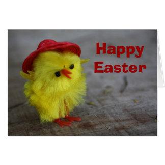 Polluelo feliz de Pascua en tarjeta del gorra