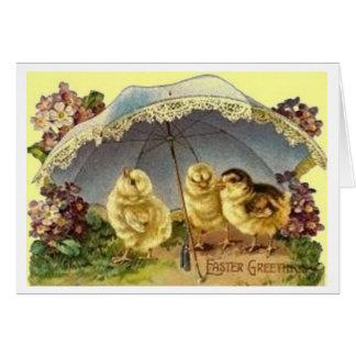 Polluelos de Pascua debajo de la tarjeta de pascua