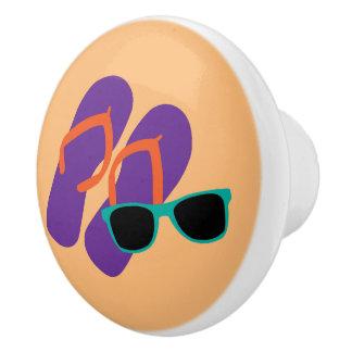Pomo De Cerámica Flips-flopes púrpuras lindos y gafas de sol verde
