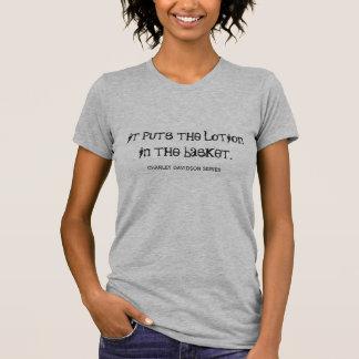 Pone la loción en camiseta