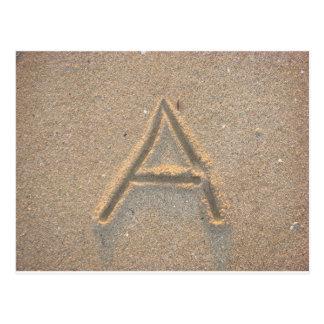Ponga letras a escrito en arena de la playa postales