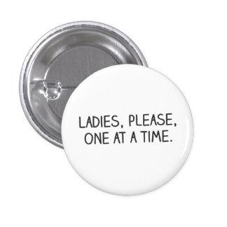 Por favor, señoras, uno a la vez pin
