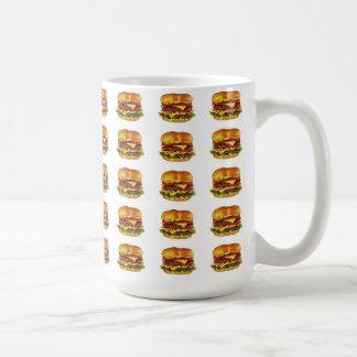 Porciones de cheeseburgers y de té grandes taza de café