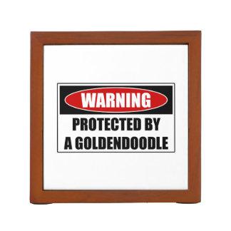 Portalápices Protegido por un Goldendoodle