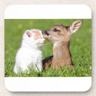 Posavasos Ciervos del bebé y abrazo del gatito