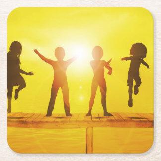 Posavasos Cuadrado De Papel Niños que juegan en el verano en un embarcadero