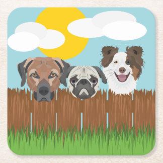 Posavasos Cuadrado De Papel Perros afortunados del ilustracion en una cerca de