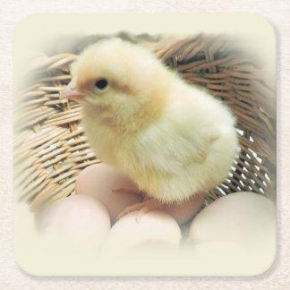 Posavasos Cuadrado De Papel Pollo amarillo mullido lindo del bebé en cesta